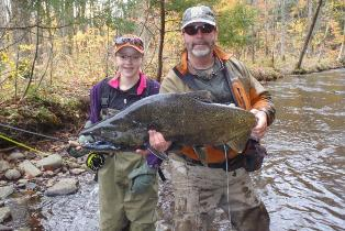 Photo of anglers with large Chinook salmon